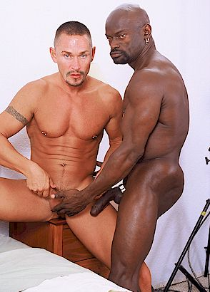 геи два негра трахают белого паренька фото.